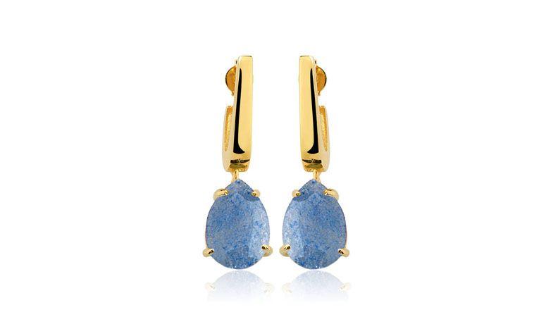 """Brincos com quartzo azul por R$148,00 na <a href=""""https://www.toquedejoia.com/produto/01bo0789z00/brinco-semijoia-mini-anzol-quartzo-azul"""" target=""""blank_"""">Toque de Jóia</a>"""