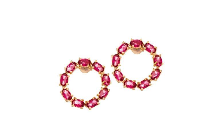 """Brinco com rubis por R$99,00 na <a href="""" http://www.franciscajoias.com.br/brinco-semi-joia-com-circulo-vazado-e-pedras-naturais-rubi-folheado-a-ouro-18k.html"""" target=""""blank_"""">Francisca Jóias</a>"""