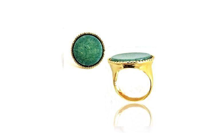 "Anel com ágata por R$92,50 na <a href="" http://www.pedragaia.com.br/pd-111452-anel-agata-verde-c-micro-zirconias.html?ct=&p=1&s=1"" target=""blank_"">Pedra Gaia</a>"