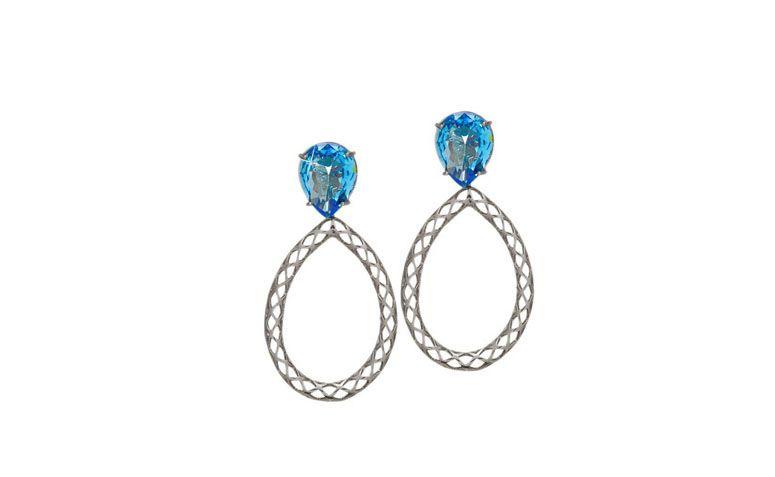 """Brincos com ágata azul por R$73,90 na <a href="""" http://www.franciscajoias.com.br/brinco-gota-vazada-com-base-em-pedra-natural-agata-azul-folheado-com-rodhium-escuro.html"""" target=""""blank_"""">Francisca Jóias</a>"""