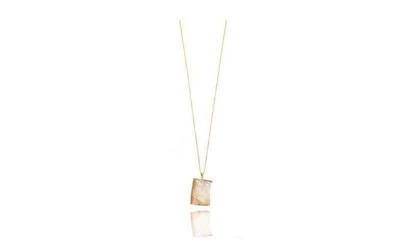 """Colar com quartzo rosa por R$95,00 na <a href="""" http://www.pedragaia.com.br/pd-143e06-fatia-de-quartzo-rosa-corrente-elo-portugues-60-cm.html?ct=&p=1&s=1"""" target=""""blank_"""">Pedra Gaia</a>"""