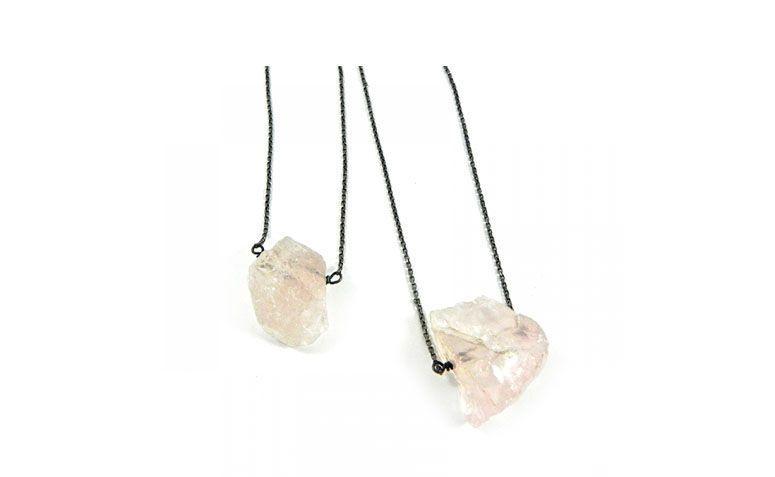 """Escapulário com quartzo rosa por R$178,00 na <a href="""" http://sou-sou.com.br/produto/209-ESCAPULARIO-PEDRA-BRUTA--QUARTZO-ROSA"""" target=""""blank_"""">Sou Sou</a>"""
