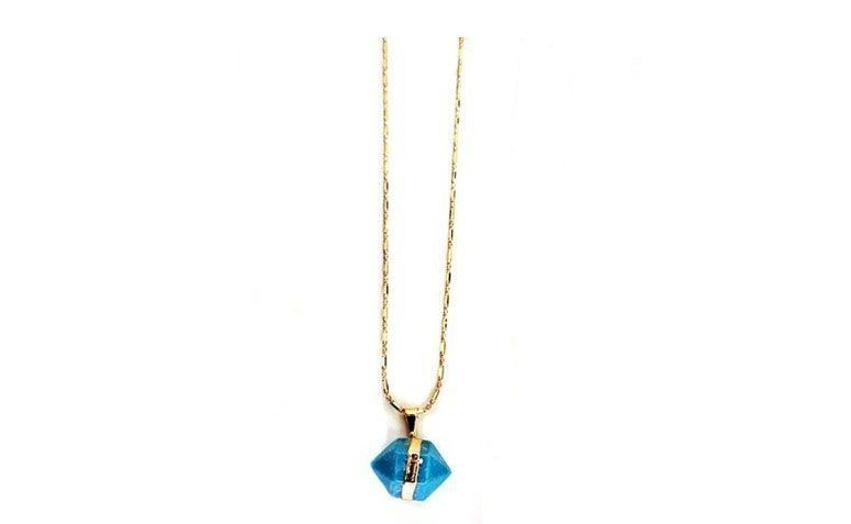 """Colar com quartzo azul por R$60,00 na <a href="""" http://www.pedragaia.com.br/pd-109637-quartzo-piramide-corrente-canudos-40-cm.html?ct=&p=1&s=1"""" target=""""blank_"""">Pedra Gaia</a>"""