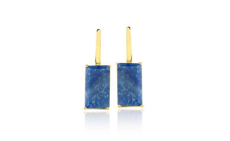 """Brincos com quartzo azul por R$146,00 na <a href=""""https://www.toquedejoia.com/produto/01BO0905Z00/brinco-semijoia-haste-quartzo-azul"""" target=""""blank_"""">Toque de Jóia</a>"""