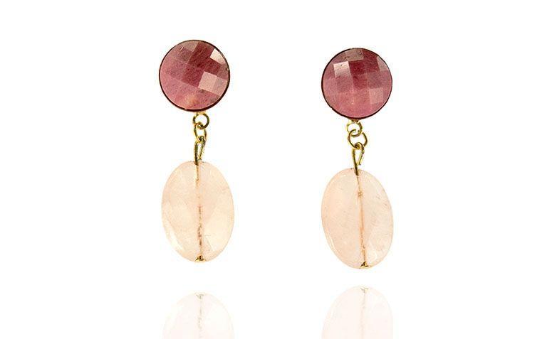 """Brincos com quartzo rosa por R$89,00 na <a href="""" https://www.carolnaderjoias.com.br/brinco-semi-joias-bijuterias-folheados-rodonita-e-quartzo-rosa/ """">Carol Nader Jóias</a>"""