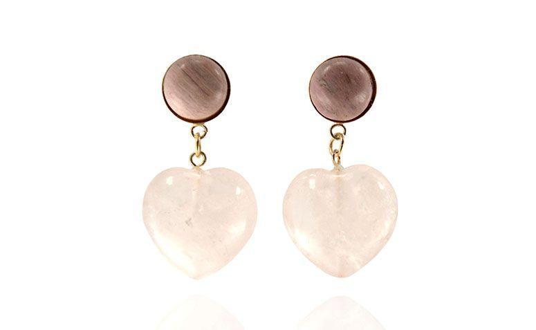 """Brincos com quartzo rosa por R$149,00 na <a href="""" https://www.carolnaderjoias.com.br/brinco-semi-joias-bijuterias-folheados-quartzo-rosa-e-rodonita/ """" target=""""blank_"""">Carol Nader Jóias</a>"""