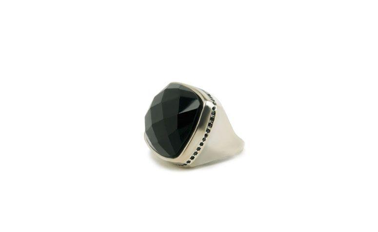 """Anel com ônix por R$189,00 na <a href="""" https://www.carolnaderjoias.com.br/anel-semi-joias-bijuterias-folheados-maxi-anel-onix-389/"""" target=""""blank_"""">Carol Nader Jóias</a>"""