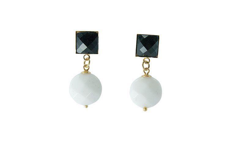 """Brinco com ônix por R$69,00 na <a href="""" https://www.carolnaderjoias.com.br/brinco-semi-joias-bijuterias-folheados-agata-branca-e-onix-negro-glass/"""" target=""""blank_"""">Carol Nader Jóias</a>"""