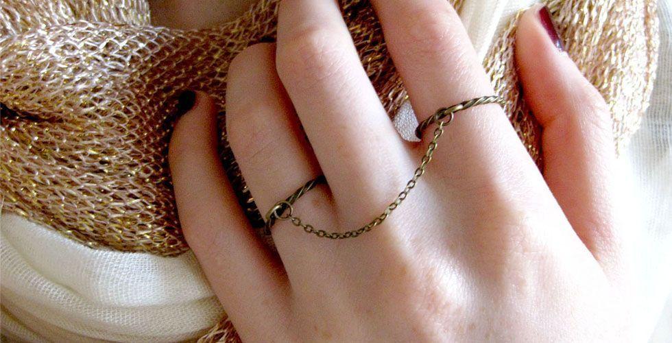 <p>O anel de corrente também volta para inovar os acessórios para os dedos. Esse é um modelo indicado para dedos compridos e finos para deixar a mão com um aspecto delicado.</p>