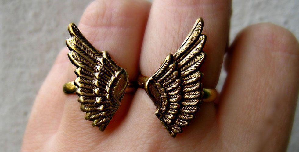 <p>As asas também são símbolos característicos dos anéis. Escolha modelos mais simples para o dia e opte por pedras coloridas e brilhosas para a noite. </p>