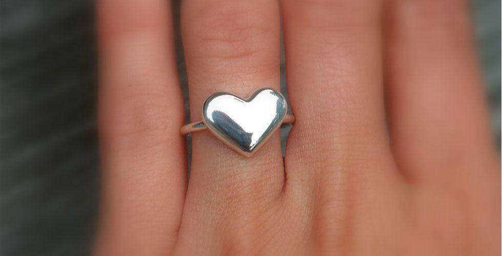 <p>O coração não pode ficar de fora da gama dos anéis temáticos. Ideal para meninas mais novas, esse é um modelo delicado que deixa a mão mais feminina. </p>