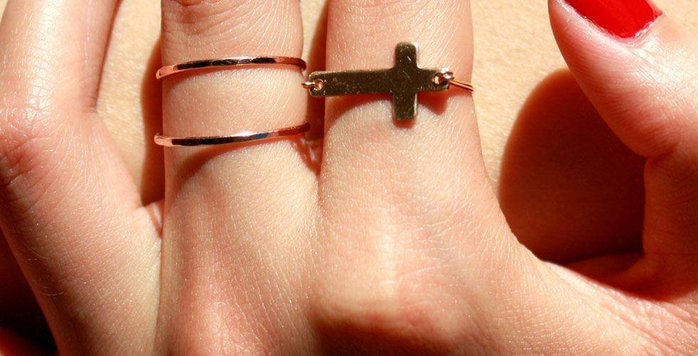 <p>A cruz também voltou para ficar no mundo dos acessórios. Ao contrário de como era usada antigamente – um acessório pesado – hoje você encontra diversos modelos de anéis delicados em formato de cruz.</p>