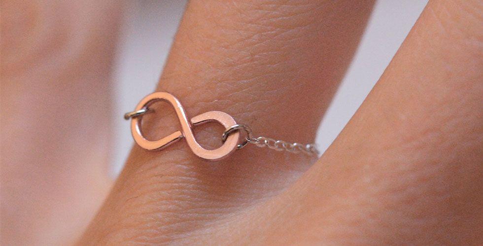 <p>Outro símbolo que veio para ficar foi o infinito. Os anéis desse modelo são delicados e indicados para mulheres mais descoladas. Opte pelo modelo mini para o dia-a-dia e prefira os anéis maiores para festas. </p>