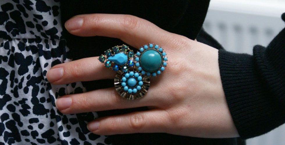 <p>Outra cor que permanece nos acessórios, principalmente nos anéis, é o azul turquesa. Os anéis com pedras nesse tom são indicados para o verão e podem ser usado por mulheres de todas as idades e tons de pele. Aposte nos modelos com brilho para eventos mais formais. </p>