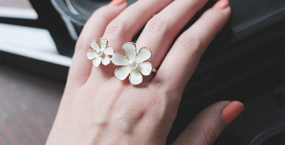 <p>O clássico anel com formato de flor continua em alta. Ideal para meninas mais jovens, esse é um modelo delicado e que combina muito bem com looks de verão em geral. </p>