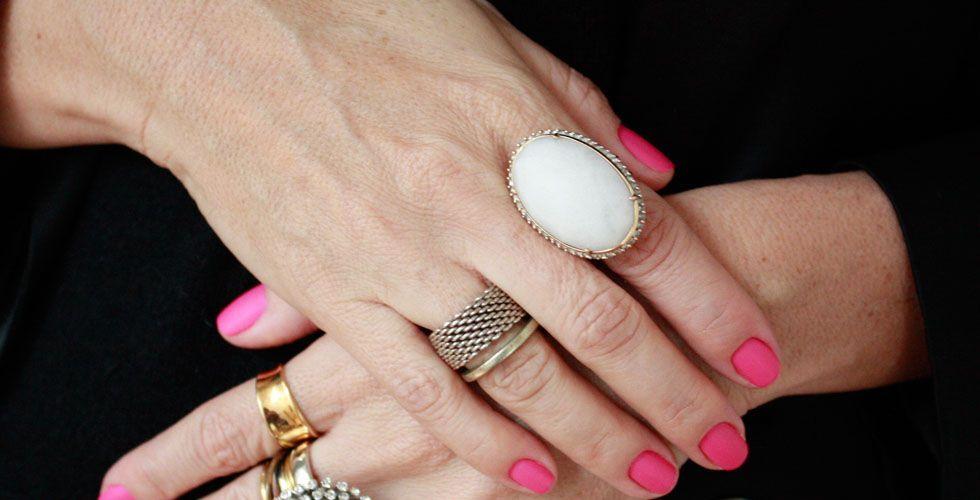 <p> Para as mulheres mais maduras que preferem um acessório mais clássico, o anel com pedras brancas pode ser uma ótima aposta. Além de ser um modelo delicado, ele ainda combina com diversos looks e com todos os tipos de pele. </p>