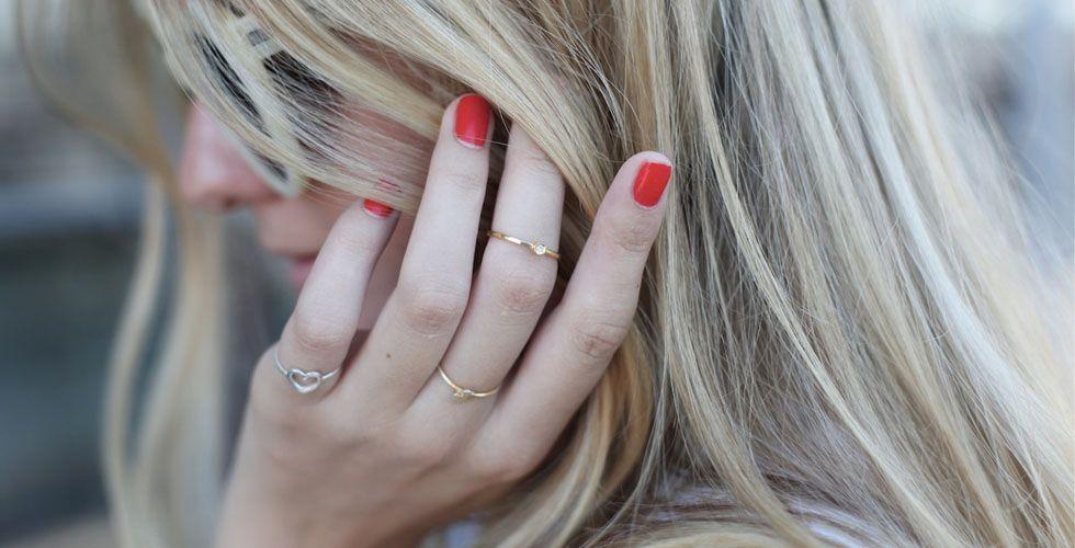 """<p>O hit do momento é sem dúvidas o anel de falange. Esse é o nome dado para anéis usados na primeira dobrinha do dedo um pouco abaixo das unhas. Esse é um modelo de anel delicado e pode ser combinado com outros modelos de anéis, criando assim, um <a href=""""http://www.dicasdemulher.com.br/mix-de-aneis/"""">mix de anéis</a>. Esse modelo de anel é mais indicados para dedos finos e compridos, pois eles tem a característica de achatar os dedos. </p>"""