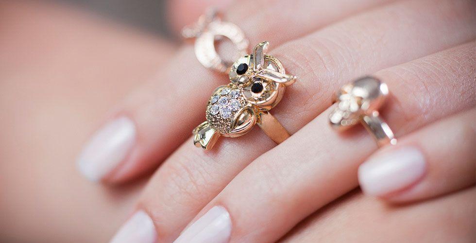 <p>O animal do momento é a coruja. Depois dos anéis de cobra, lagarto e leopardo, a coruja vem para deixar os anéis temáticos mais delicados e fofos. Esse modelo fica bem em tons de dourado e ouro rosa com pedrarias. </p>