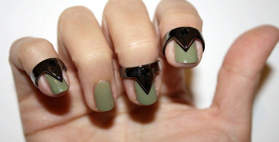 """<p>O anel para as unhas – também conhecido como nail ring – é mais um dos diversos acessórios criados para incrementar as <a href=""""http://www.dicasdemulher.com.br/assunto/unhas/"""" alt=""""Tudo sobre Unhas no Dicas de Mulher"""">unhas</a>. Esse é um modelo de anel indicado para mulheres mais descoladas e que gostam de inovar. Aposte no modelo geométrico como o da foto para criar uma decoração artificial para as unhas. </p>"""