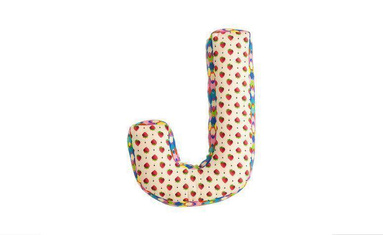 """Letra em tecido por R$ 29,90 na <a href=""""http://www.loveletter.com.br/product/letras-para-decoracao/104875/letra-tecido-j-estampa-aleatoria-"""" target=""""_blank"""">Love letter</a>"""