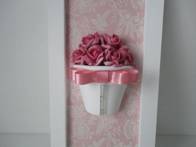 """Quadro de flores rosa por R$ 99,99 no <a href=""""http://www.elo7.com.br/quadro-vaso-de-flores-rosa/dp/2F7D6C"""" target=""""_blank"""">Elo7</a>"""