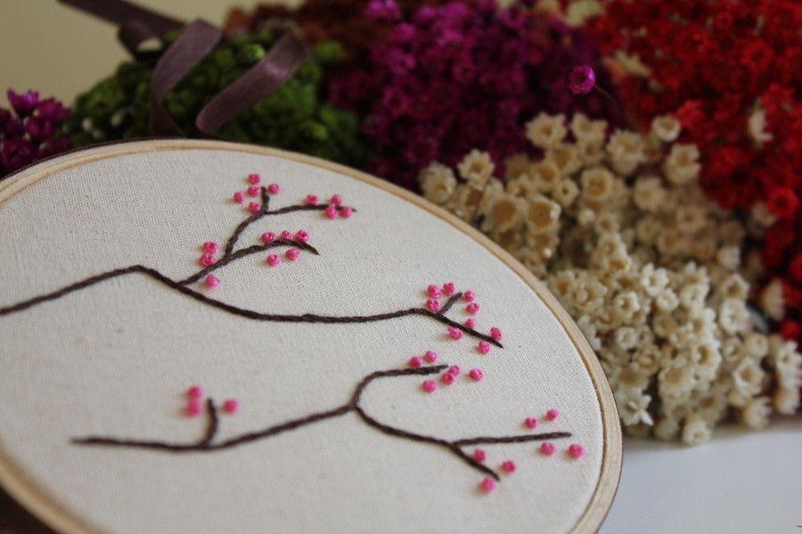 """Bastidor cerejeira por R$ 55 no <a href=""""http://www.elo7.com.br/quadrinho-bastidor-cerejeira-em-flor/dp/53EB4B#bn=1"""" target=""""_blank"""">Elo7</a>"""