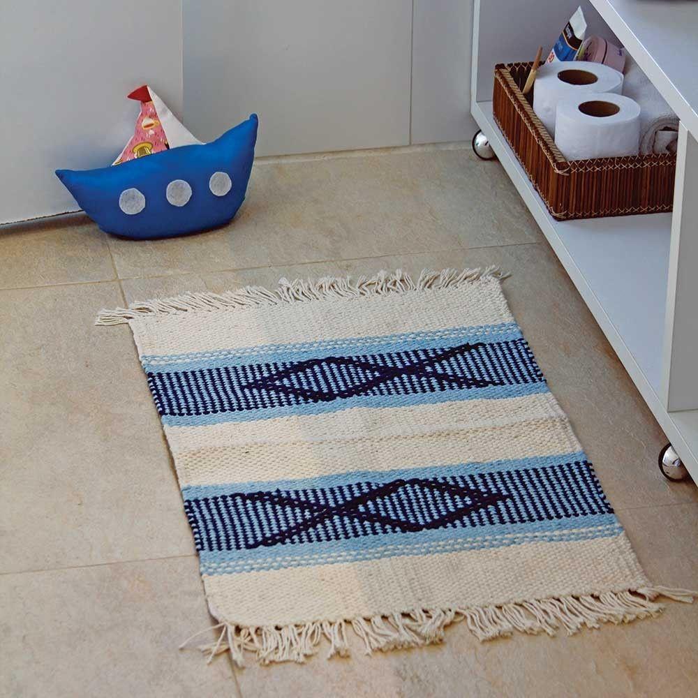 "Tapete tear búzios por R$ 49,90 na <a href=""http://www.redeasta.com.br/casa/decoracao/tapetes/tapete-tear-buzios-azul-peixe.html "" target=""_blank"">Rede Asta</a>"