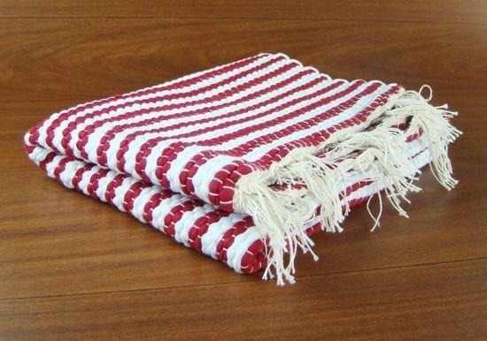 """Tapete listrado branco e vermelho por R$ 9 na <a href=""""http://www.vidarustica.com.br/loja/decoracao-rustica/cozinha-rustica/tapetes/tapete-listrado-em-tear-manual-branco-vermelho.html"""" target=""""_blank"""">Vida Rústica</a>"""