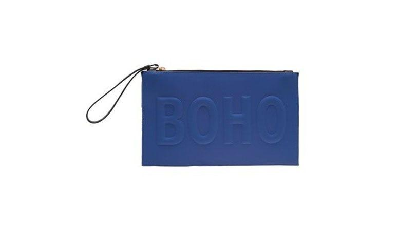"Clutch Animale por R$348 na <a href=""https://www.oqvestir.com.br/clutch-color-palm-boho-azul.html"" target=""blank_"">Oqvestir</a>"