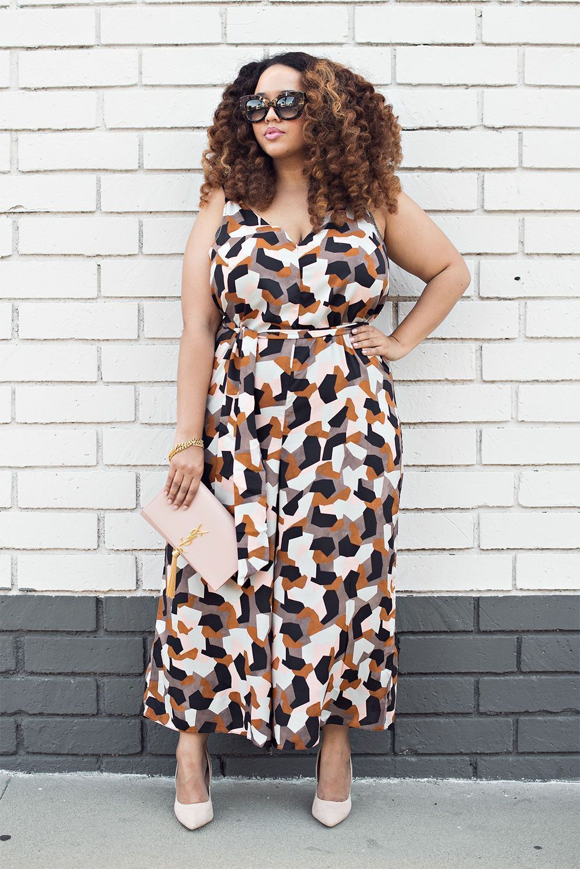 "Foto: Reprodução / <a href=""http://gabifresh.com/2015/12/plus-size-70s-printed-jumpsuit-2015/"" target=""_blank"">Gabi Fresh</a>"