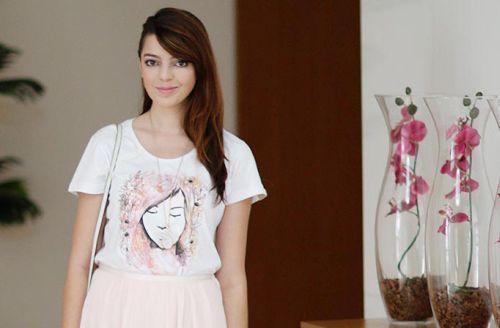"""Foto: Reprodução / <a href=""""http://www.justlia.com.br/2015/02/look-do-dia-camiseta-e-saia-midi/"""" target=""""_blank"""">Just Lia</a>"""