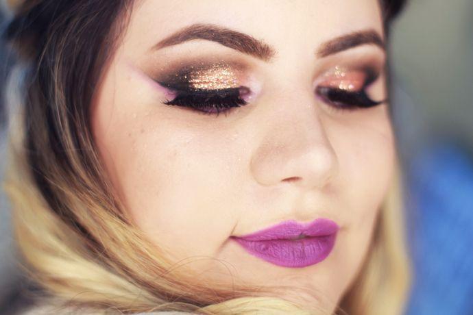 """Foto: Reprodução / <a href=""""http://www.pausaparafeminices.com/tutorial-make/tutorial-maquiagem-colorida-com-batom-roxo-para-o-carnaval/"""" target=""""_blank"""">Pausa para feminices</a>"""