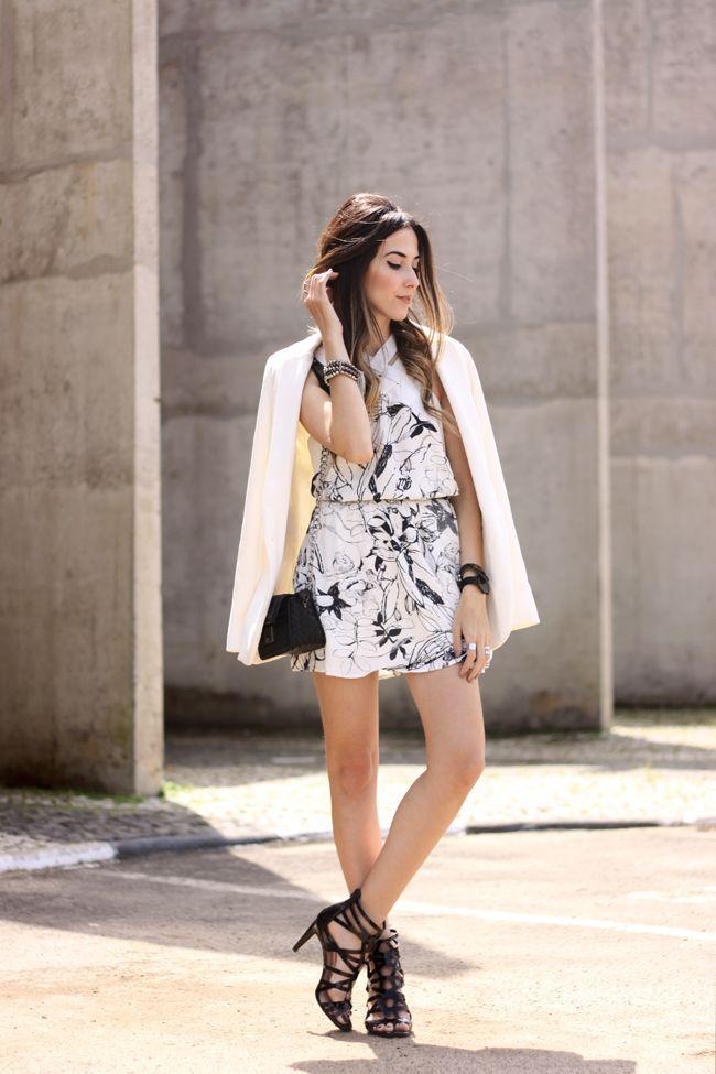 "Foto: Reprodução / <a href=""http://fashioncoolture.com.br/2015/10/19/white-printed-dress-shoulder-black-heels/"" target=""_blank"">Fashion Coolture</a>"