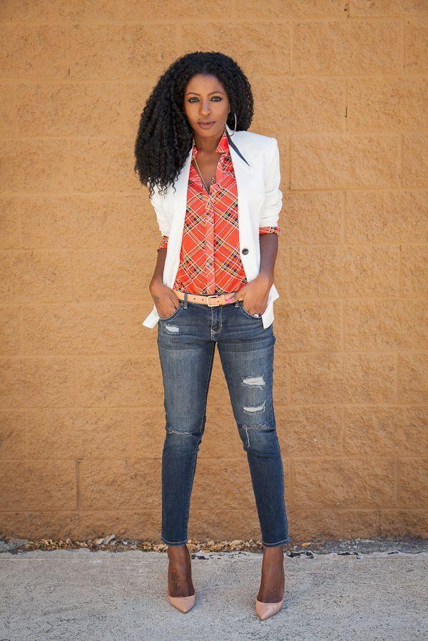"Foto: Reprodução / <a href=""http://stylepantry.com/2014/04/29/white-tuxedo-blazer-plaid-shirt-distressed-jeans/"" target=""_blank"">Style Pantry</a>"