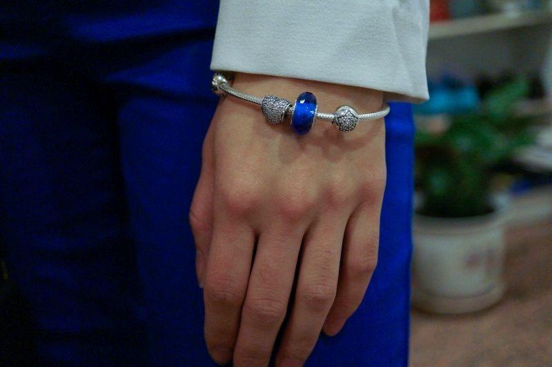 """Foto: Reprodução / <a href=""""http://www.macaronsandmischief.com/2013/12/03/birthday-ootd-cobalt-blue/"""" target=""""_blank"""">Macarons and Mischief</a>"""