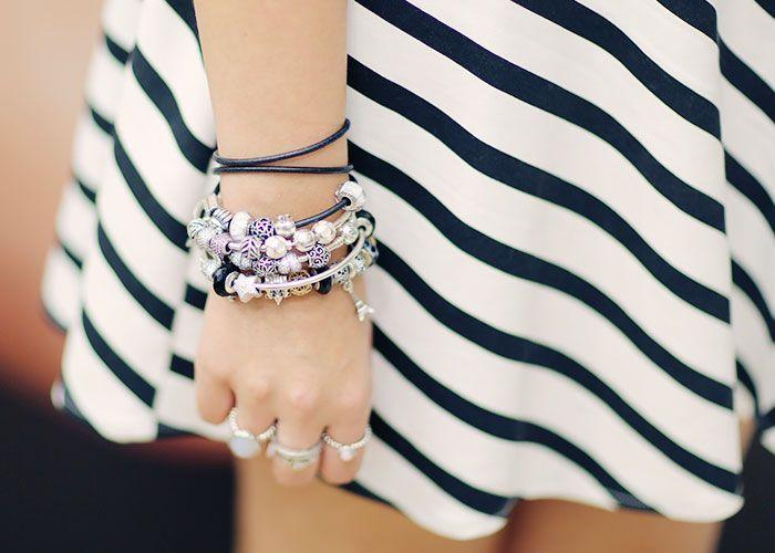 """Foto: Reprodução / <a href=""""http://www.justlia.com.br/2014/07/braceletes-charms-da-pandora-look-do-dia-vestido-listrado/"""" target=""""_blank"""">Just Lia</a>"""