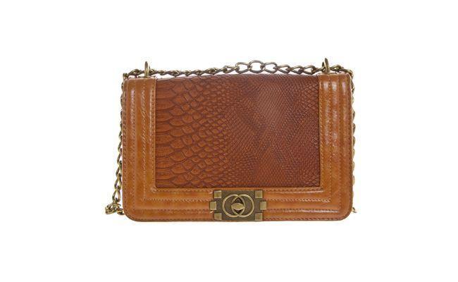 """<p>É ideal para as mulheres que levam poucos objetos na bolsa. Os modelos com alça de corrente são ainda mais chamorsas. </p> <p><i>Bolsa Madame Marie por R$179,90 na <a href="""" http://www.dafiti.com.br/Bolsa-Madame-Marie-Textura-Caramelo-1453574.html"""" target=""""_blank"""">Dafiti</a></i></p>"""