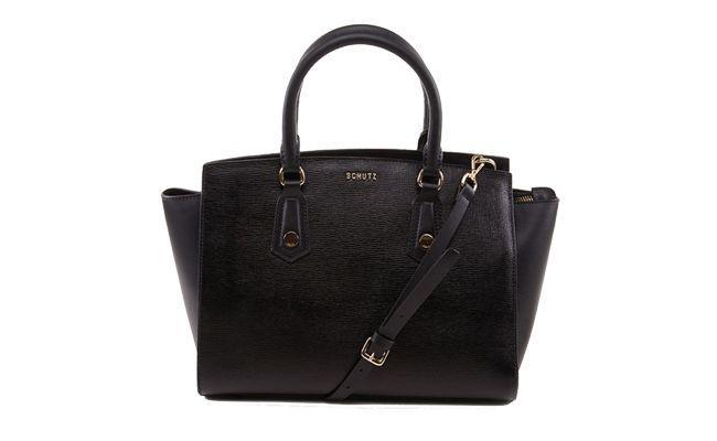 """<p>A bolsa preta é provavelmente uma das bolsas mais fáceis de combinar entre todos os modelos. O tamanho médio é ideal para levar ao trabalho, para carregar sua carteira e até mesmo um tablete pequeno.</p> <p><i>Bolsa Firenze por R$790 na <a href="""" http://loja.schutz.com.br/bolsa-firenze-preta-9673.aspx/p"""" target=""""_blank"""">Schutz</a></i></p>"""
