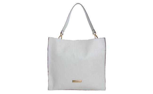 """<p>Já para quem precisa levar muitos objetos consigo, como um laptop ou livros e cadernos, a sugestão é apostar na shopper bag – bolsa para fazer compras. Ela é grande, espaçosa e possui alças reforçadas.</p> <p><i>Bolsa Dumond por R$499,90 na <a href=""""http://www.dafiti.com.br/Bolsa-Dumond-Casual-Branca-1456913.html"""" target=""""_blank"""">Dafiti</a></i></p>"""