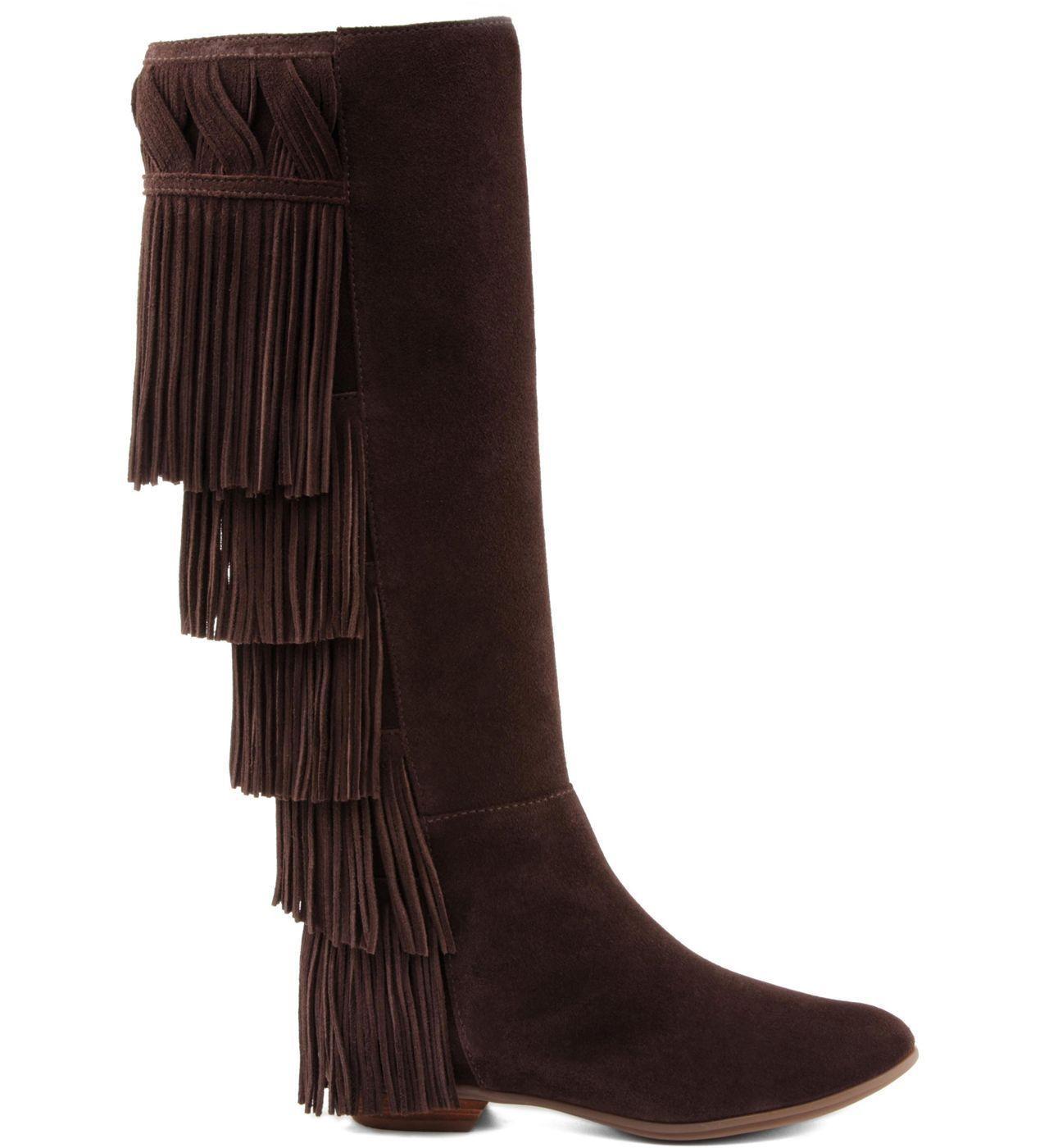 """Bota de franja cano alto por R$310 na <a href=""""http://www.schutz.com.br/store/shoes/botas/botacanoalto/bota-franjas-boho-brown/p/0154100160002U"""" target=""""blank_"""">Schutz</a>"""