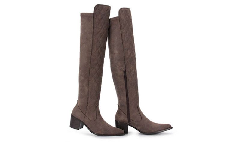 "Bota Over The Knee Feminina Brenda Lee - Chumbo por R$ 299,99 na <a href=""http://www.passarela.com.br/passarela/produto/bota-over-the-knee-feminina-brenda-lee-chumbo-6010403792-0"" target=""blank_"">Passarela</a>"