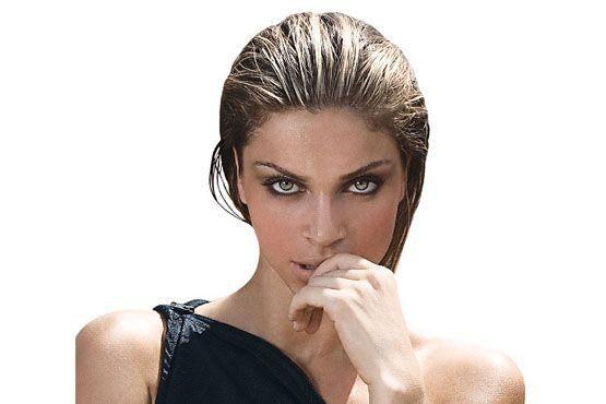 A atriz posa para um editorial de moda.