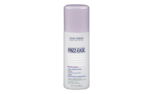 """Modelador de Cachos Frizz-Ease por R$59 na <a href=""""http://www.sephora.com.br/john-frieda/cabelos/modelador/modelador-de-cachos-frizz-ease-dream-curls-curl-perfecting-spray-3603"""" target=""""blank_"""">Sephora</a>"""