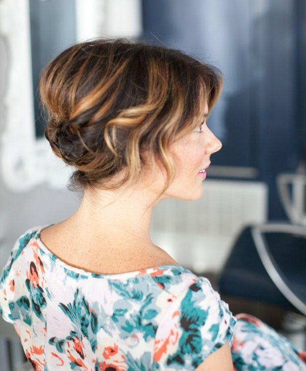 """Foto: Reprodução / <a href=""""http://camillestyles.com/beauty-and-style/pretty-simple-updo-for-short-hair/"""" target=""""_blank"""">Camille Styles</a>"""