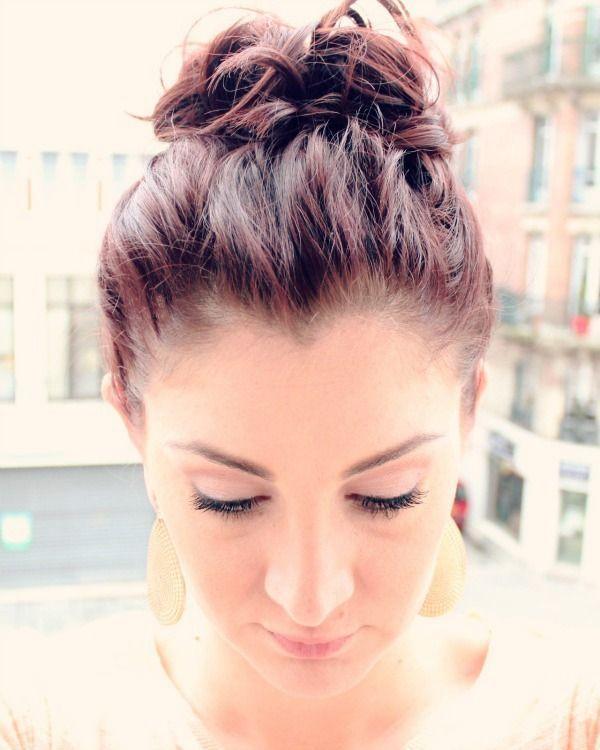 "Foto: Reprodução / <a href=""http://manouvellemode.com/2013/03/22/messy-top-knot-for-short-hair/"" target=""_blank"">Ma Nouvelle Mode</a>"