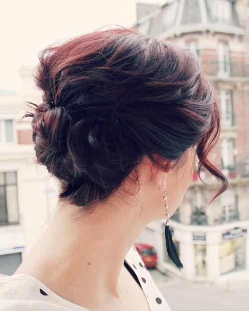 "Foto: Reprodução / <a href=""http://manouvellemode.com/2013/05/30/triple-twist-updo-for-short-hair/"" target=""_blank"">Ma Nouvelle Mode</a>"