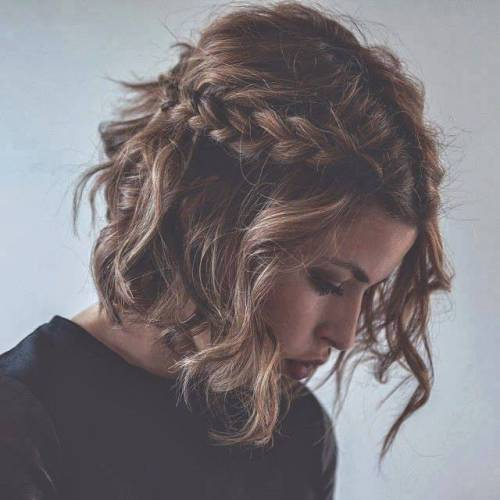 "Foto: Reprodução / <a href=""http://therighthairstyles.com/5-inspirational-medium-curly-hairstyles-for-every-day-special-occasions/3/"" target=""_blank"">The Right Hairstyles for You</a>"