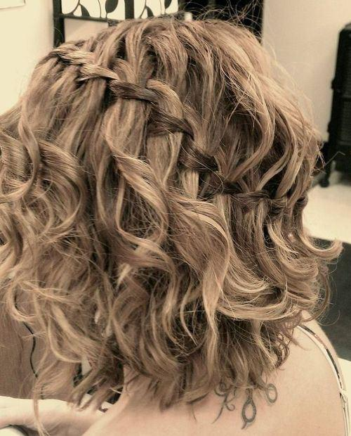 """Foto: Reprodução / <a href=""""http://therighthairstyles.com/5-inspirational-medium-curly-hairstyles-for-every-day-special-occasions/21/"""" target=""""_blank"""">The Right Hairstyles for You</a>"""