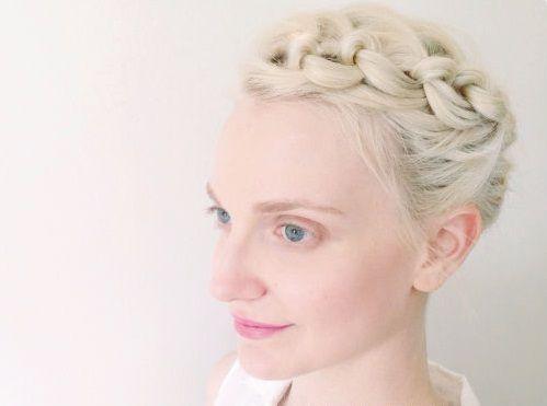 "Foto: Reprodução / <a href=""http://thebeautydepartment.com/2014/05/knot-tie-updo-for-short-hair/"" target=""_blank"">The Beauty Department</a>"
