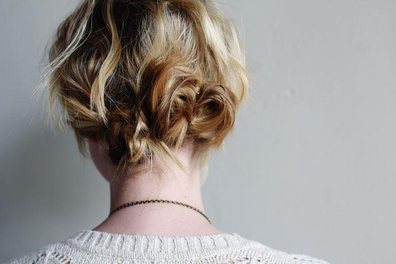 "Foto: Reprodução / <a href=""http://www.abeautifulmess.com/2012/08/1-separate-your-hair-into-three-ponytails-2-with-bobbypins-twist-and-pin-the-ponytail-into-a-small-bun-3.html"" target=""_blank"">NOME-DO-BLOG-VAI-AQUI</a>"